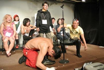 三組目、ボケ:かまぼこ体育館・湯川セイント、ツッコミ:じゅんいちダビッドソン