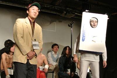 四組目、ボケ:冷蔵庫マン、ツッコミ:桐野安生